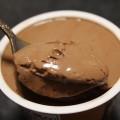 アンディコ(栄屋乳業)「こだわり極チョコプリン」スプーンですくう