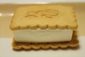 ミルクアイスの甘さを引き立てる塩加減が絶妙!森永製菓「ニコサンド(nicosand)」